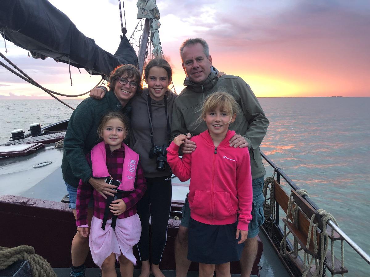 Gasten op voordek klipper nova cura tijdens eilandhoppen