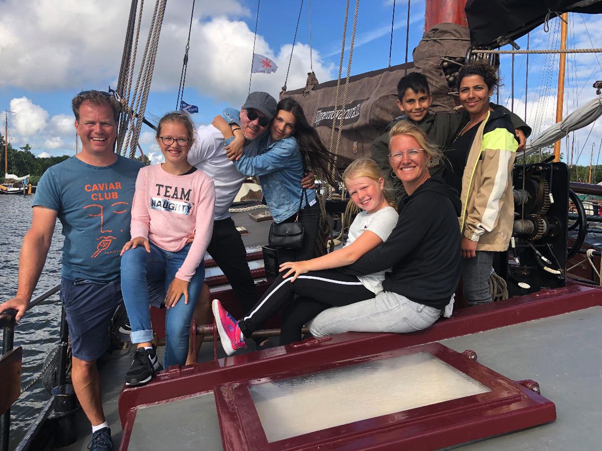 Familie op klipper nova cura vehuurt als prive zeilboot varend op de waddenzee
