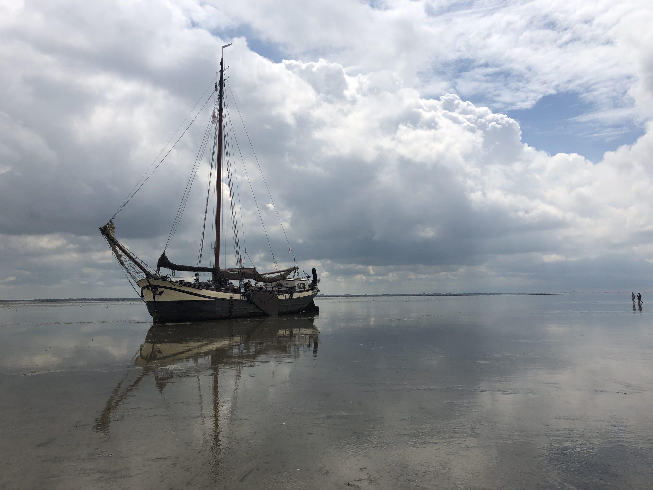 Klipper nova cura drooggevallen bij Schiermonnikoog Friesland tijdens zeiltocht oost wad