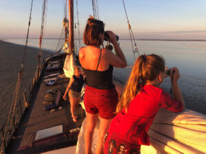 Gasten aan dek bij droogvallen op de nova cura op de waddenzee bij Schiermonnikoog