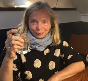 Gast op de Nova Cura mee met zeilvakantie heft het glas