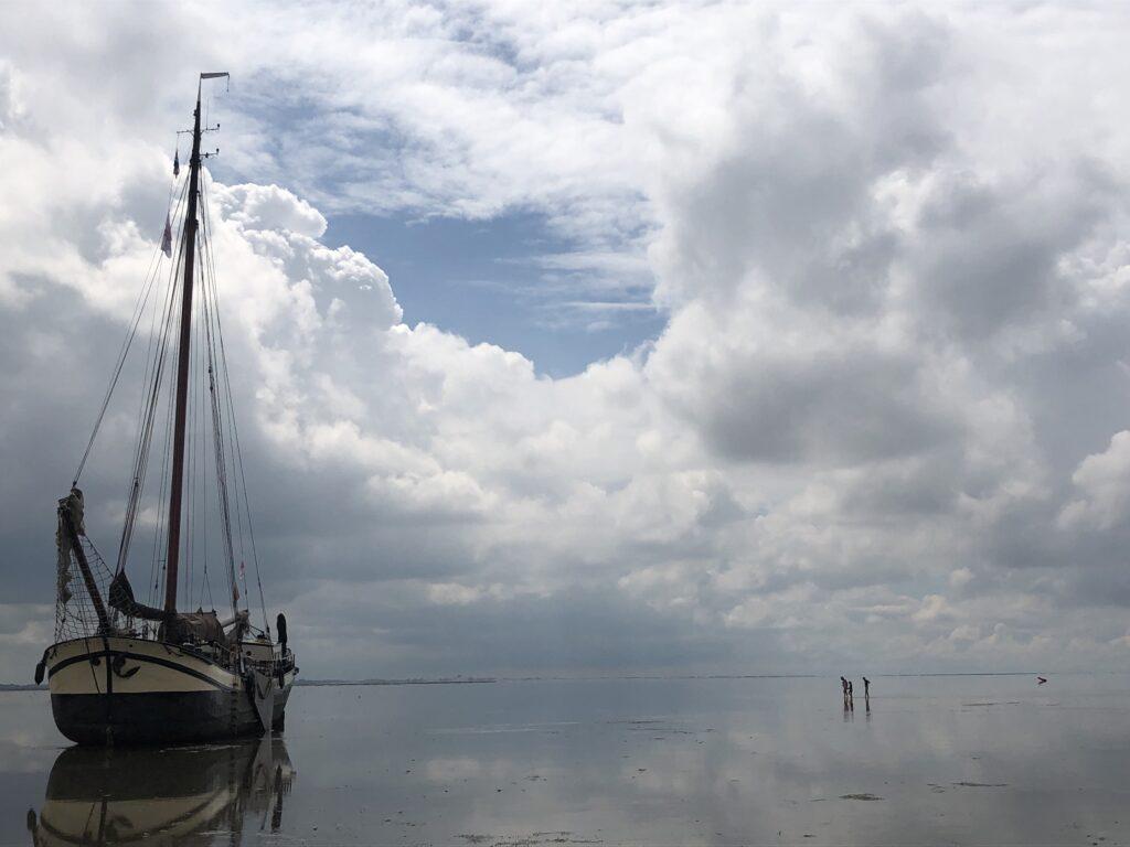 Klipper nova cura drooggevallen op het wad bij Schiermonnikoog