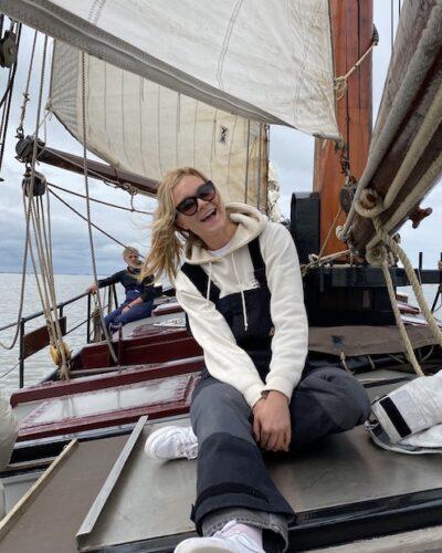 Gast aan dek klipper nova cura aan het zeilen op de waddenzee