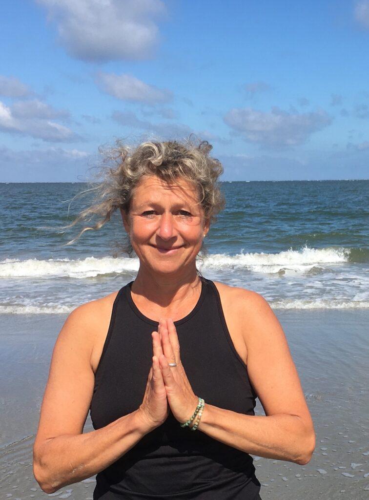 Josine Olgers yogalerares Schiermonnikoog op het strand
