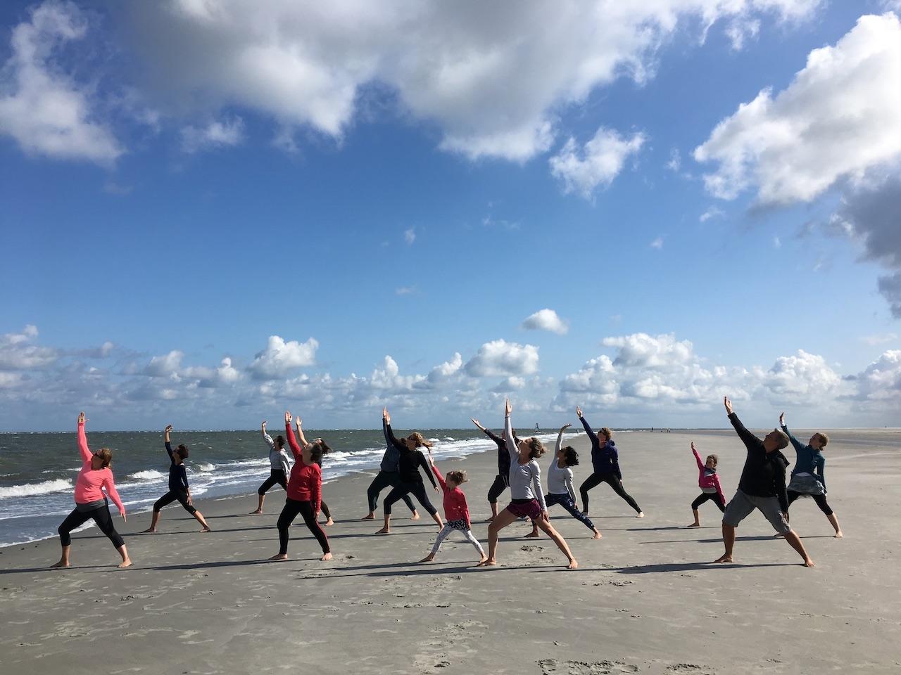 Yogales op het strand van Schiermonnikoog onder leiding van Josine Olgers